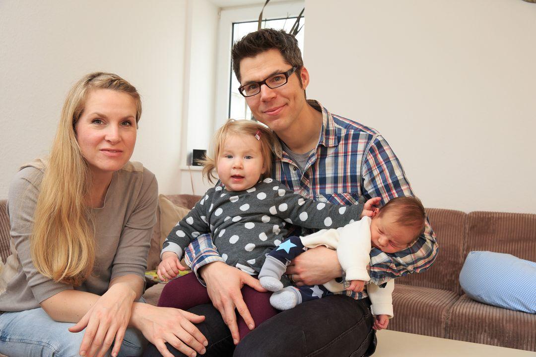 Bilder von einer jungen Familie mit Säugling